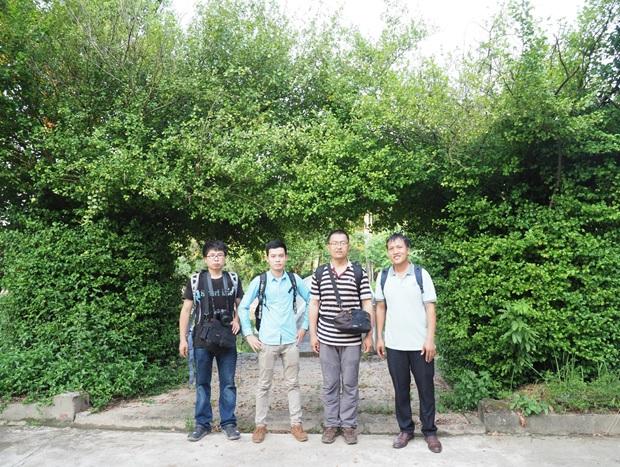 Đoàn công tác thăm quan vườn cây thuốc tại Trung tâm Nghiên cứu trồng và chế biến cây thuốc Hà Nội