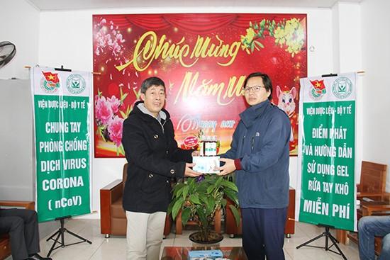 Viện Dược liệu – Bộ Y tế phát miễn phí gel rửa tay khô miễn phí phòng virus corona cho toàn bộ các hộ gia đình tại Thị trấn Tam Đảo – huyện Tam Đảo – Vĩnh Phúc.